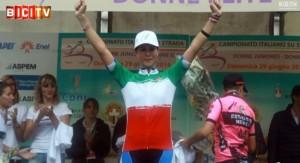 Elena Cecchini sul podio ed in maglia tricolore di Campionessa Italiana Elite